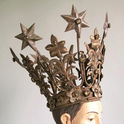 Curious sofa crown