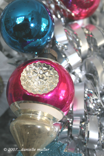 Close_up_of_vintage_ornaments